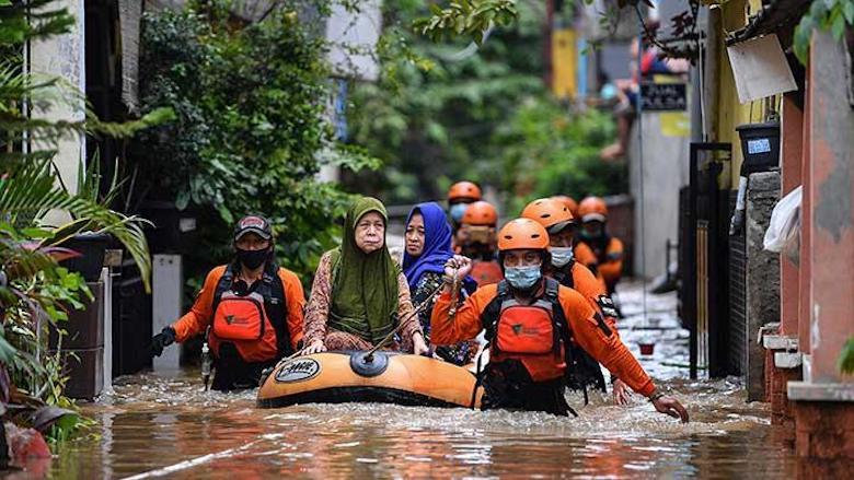 """""""Kutukan"""" Banjir Jakarta dan Solidaritas Kemanusiaan"""